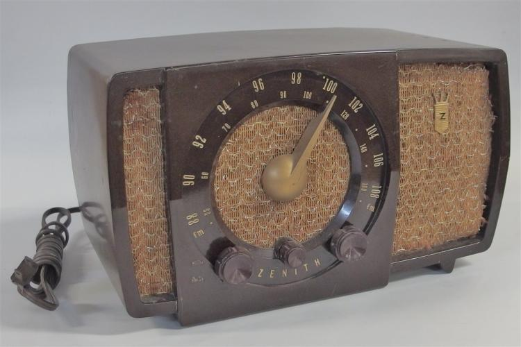 Radio – 1950's Zenith AM/FM Table Radio: Model H-723, S17366