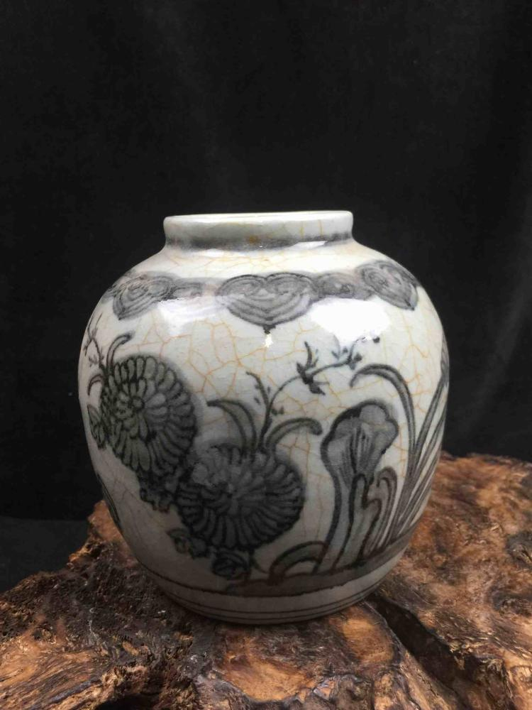 Chinese Famille rose Porcelain Vase with White Ground