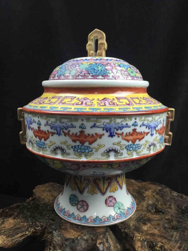 Chinese Famille Rose Poecelain Jar