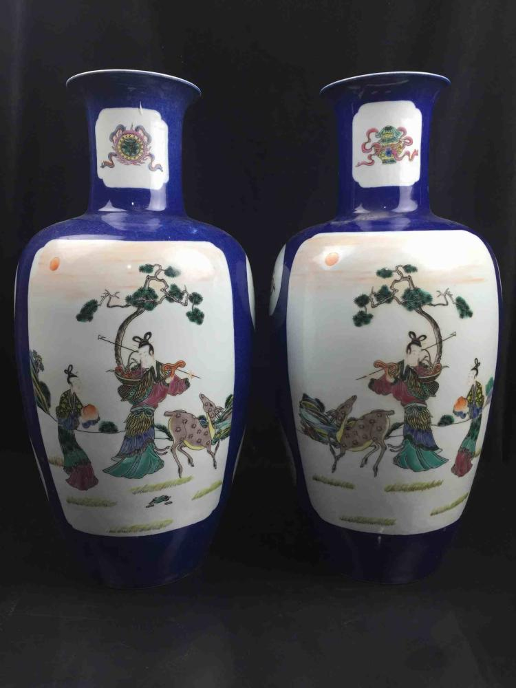 A Pair of Chinese Famille Rose Poecelain Vase