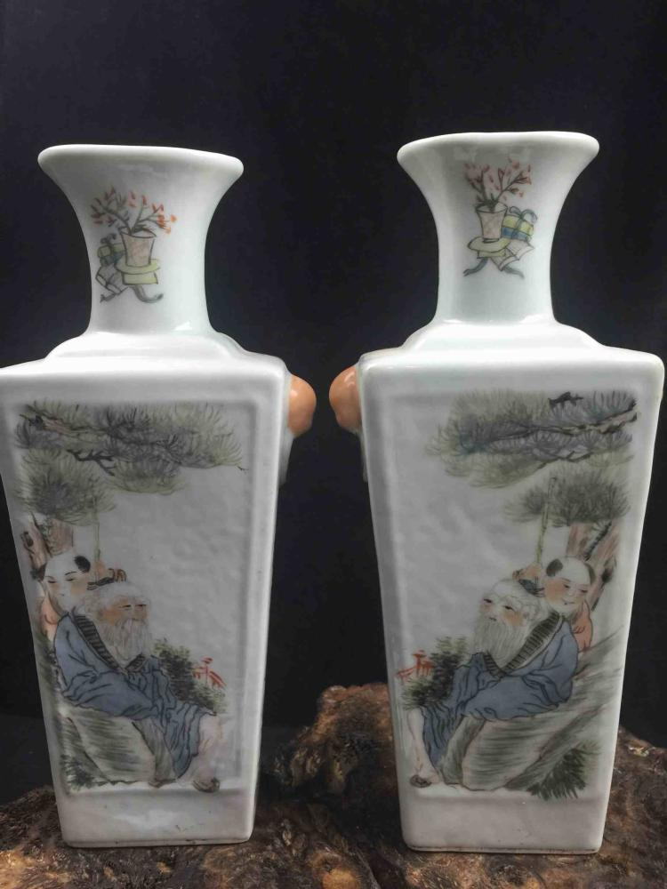 A Pair of Chinese Famille Rose Poecelain Vase with Lotus Pattern