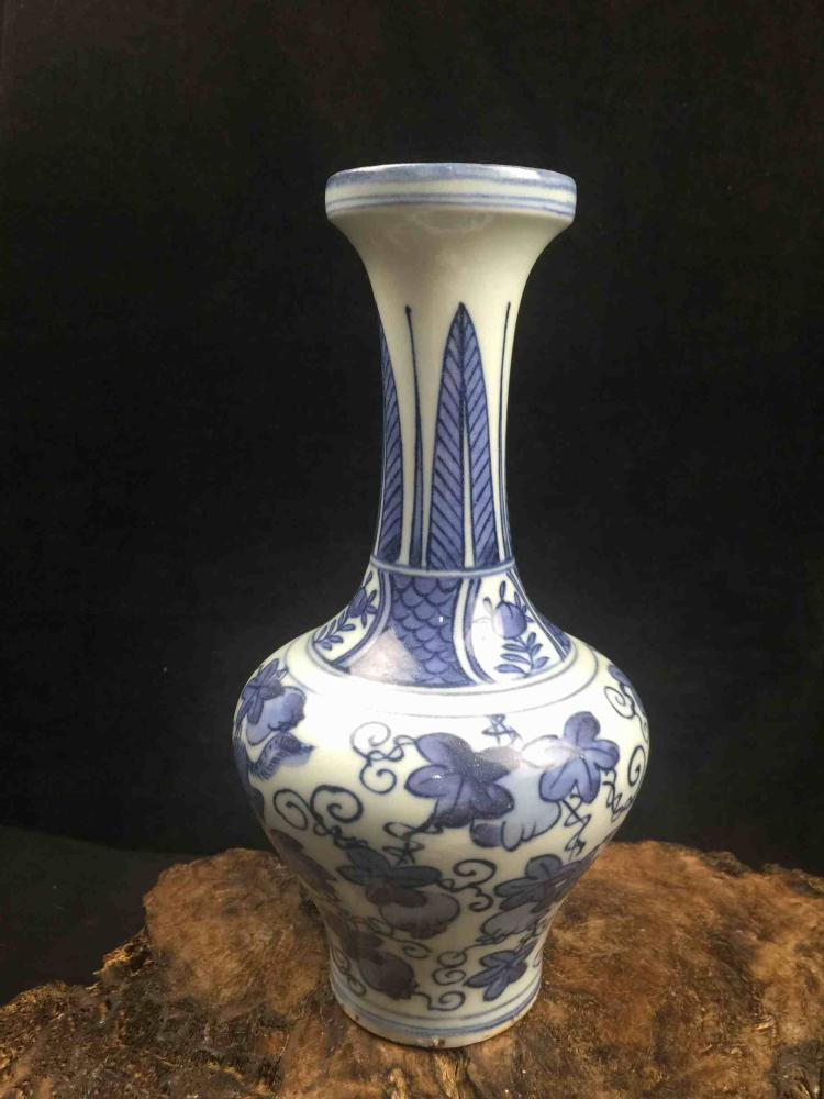 Chinese Fine Blue & White Porcelain Vase