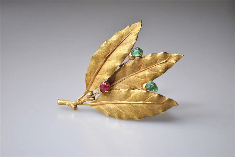 BUCCELLATI, Circa 1950 - Clip de corsage en or jaune 18 K (750) stylisée de