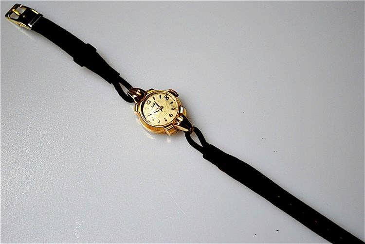 LIP - Montre bracelet de dame en or jaune 18K (750) à boitier rond agrafé d
