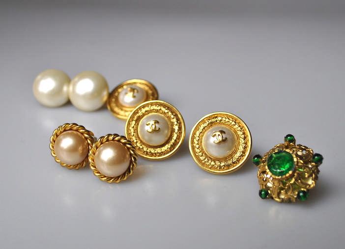 CHANEL - LOT. Deux paires de clip d'oreilles en métal doré et perles fantai