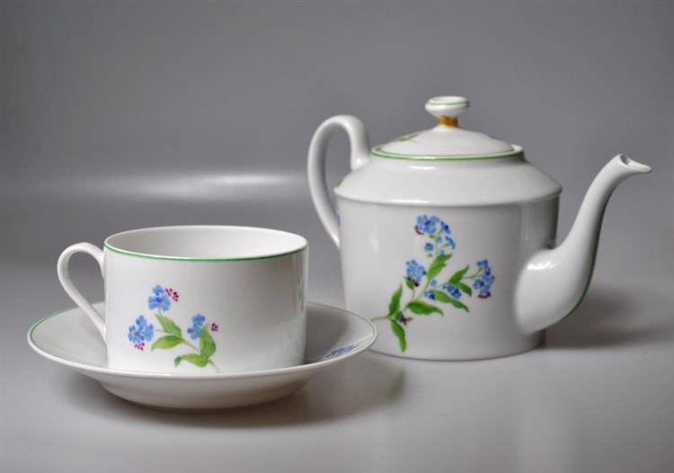 CHRISTIAN DIOR - Partie de service à thé (tasse, deux sous-tasses, verseuce
