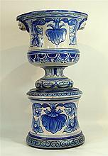 Important cache-pot-en porcelaine bleue et blanche sur un socle