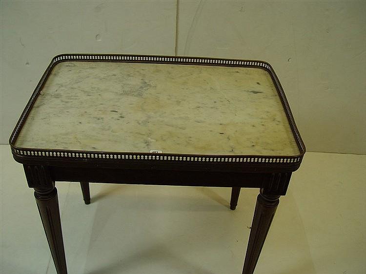 table basse dessus de marbre et galerie ajour e