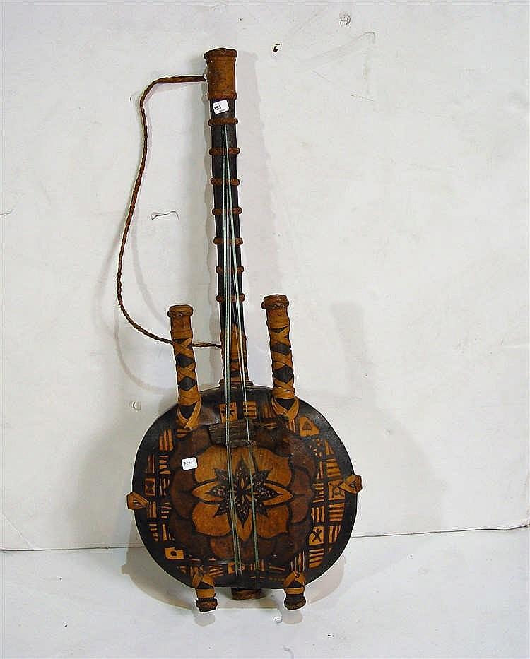 Instrument à cordes en bois et lanières ~ Bois Instrument