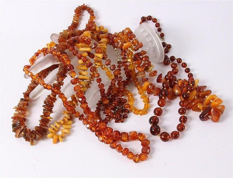 A LOT OF 8 AMBER NECKLACES ca. 320g in