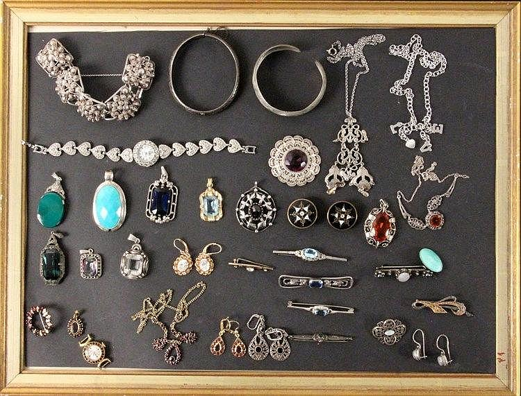 A LOT OF 35 JEWELLERY ITEMS, mostly