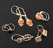 A LOT OF 4 PAIRS OF EARRINGS 333/000 gold with