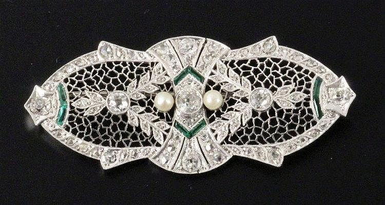 AN ART DECO DIAMOND BROOCH Platinum with 7