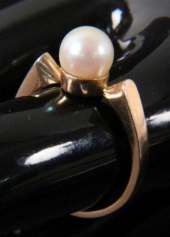A PEARL RING 585/000 Rose gold with cultured