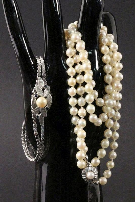 A PEARL NECKLACE Cultured pearls of saltwater