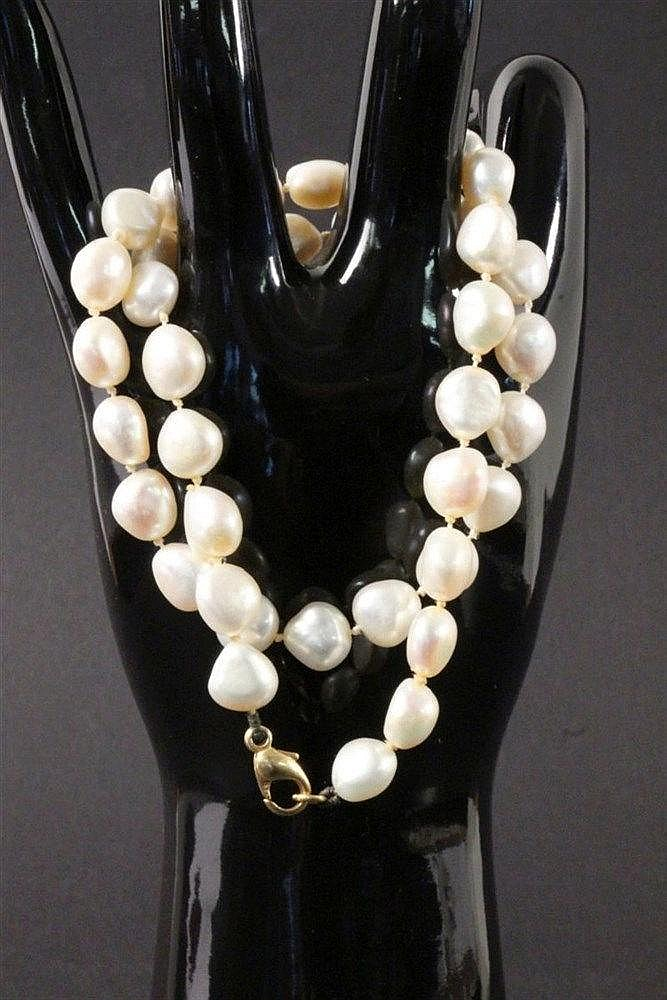 A BAROQUE PEARL NECKLACE ca. 8mm. 585/000 yellow
