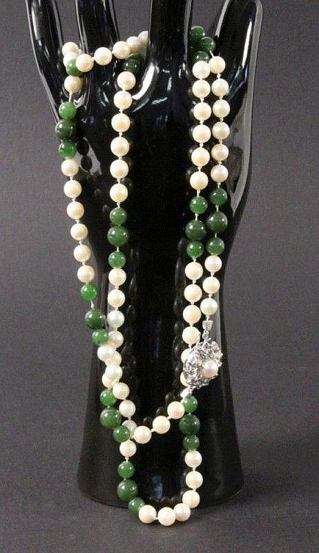 A NECKLACE with pearls and jade. Ca. 6mm. 585/000