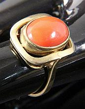 A CORAL RING 333/000 yellow gold with red coral