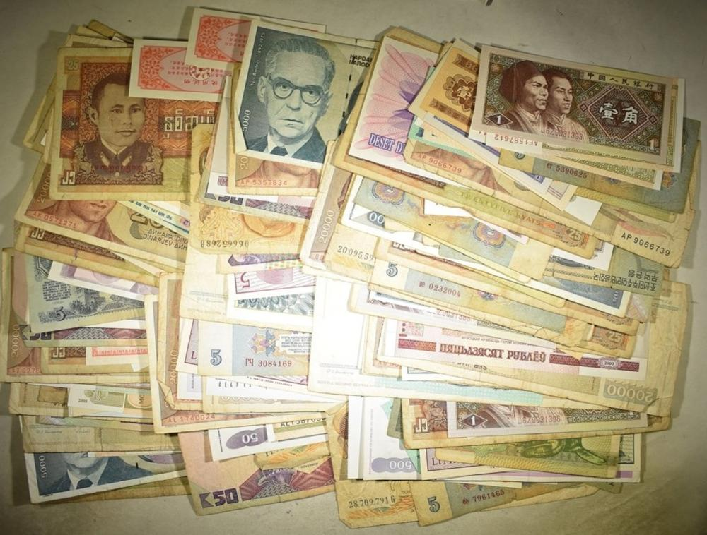 Lot 475: 200+ RANDOMLY SELECTED PIECES FOREIGN CURRENCY