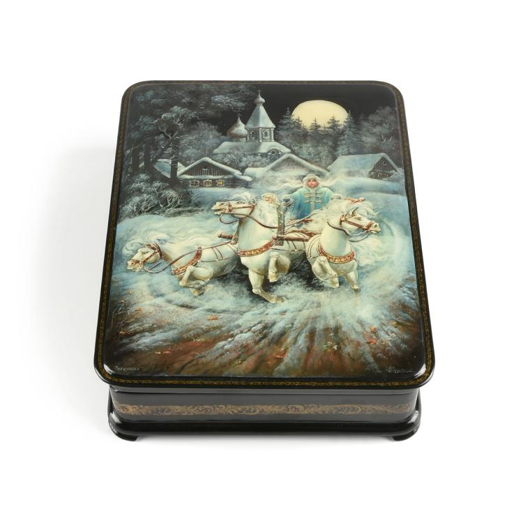 A RUSSIAN HAND PAINTED LACQUER BOX, CYRILLIC SIGNATURE, LATE 20TH CENTURY,