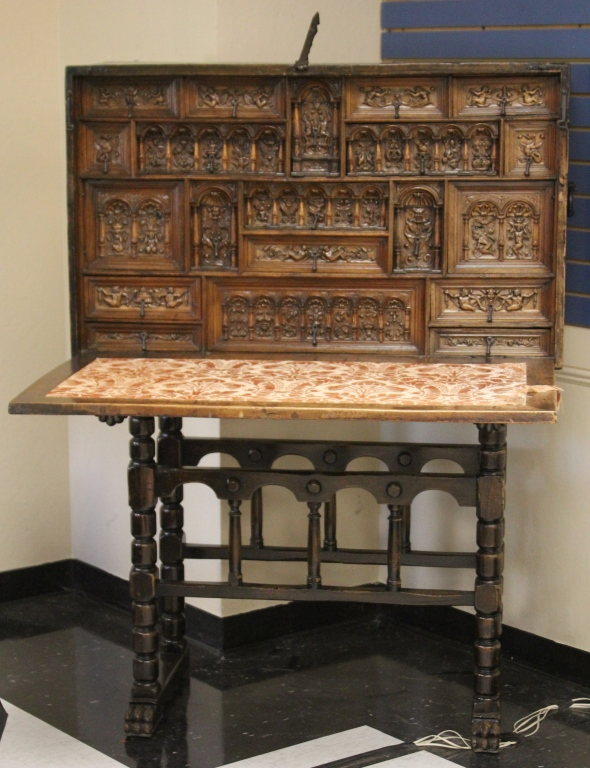 17TH/18TH CENTURY ITALIAN CARVED WALNUT DESK