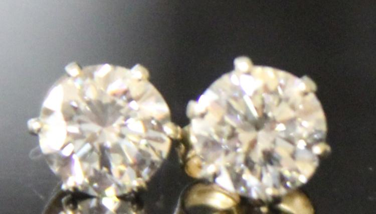 PAIR OF LADY'S DIAMOND EARRINGS