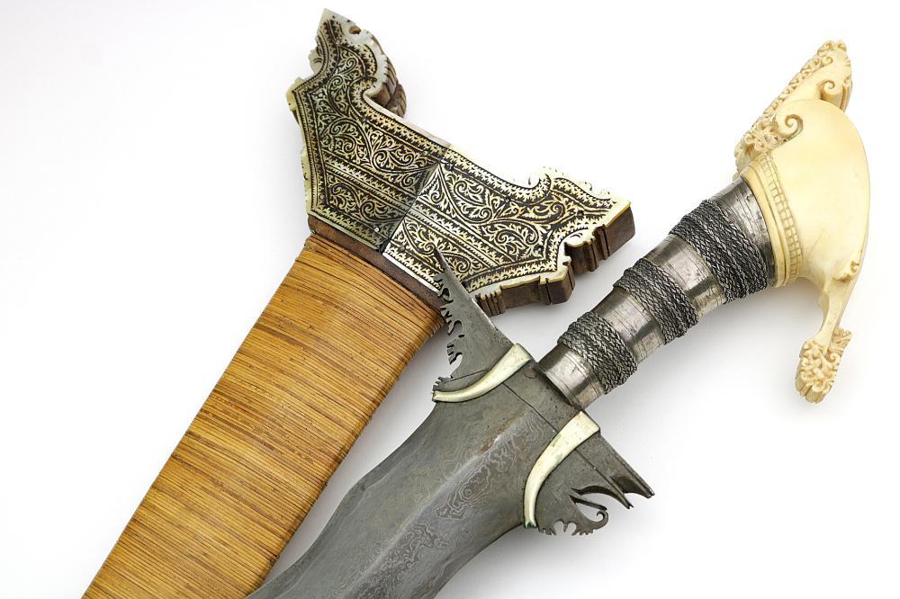 Outstanding Quality Massive Philippine Presentation type Moro KRIS Sword with Fine Damascus Blade & Spectacular Pommel