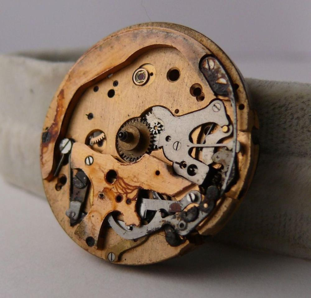 Vintage Breitling Navitimer Venus 178 Movement. Please note this movement is in need for a restoration. The balance swings freely at times. Most of the parts in the separate compartment are broken. Priced accordingly. Suitable for parts