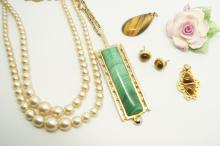 Selection of costume jewellery, including a malachite necklace and faux pea