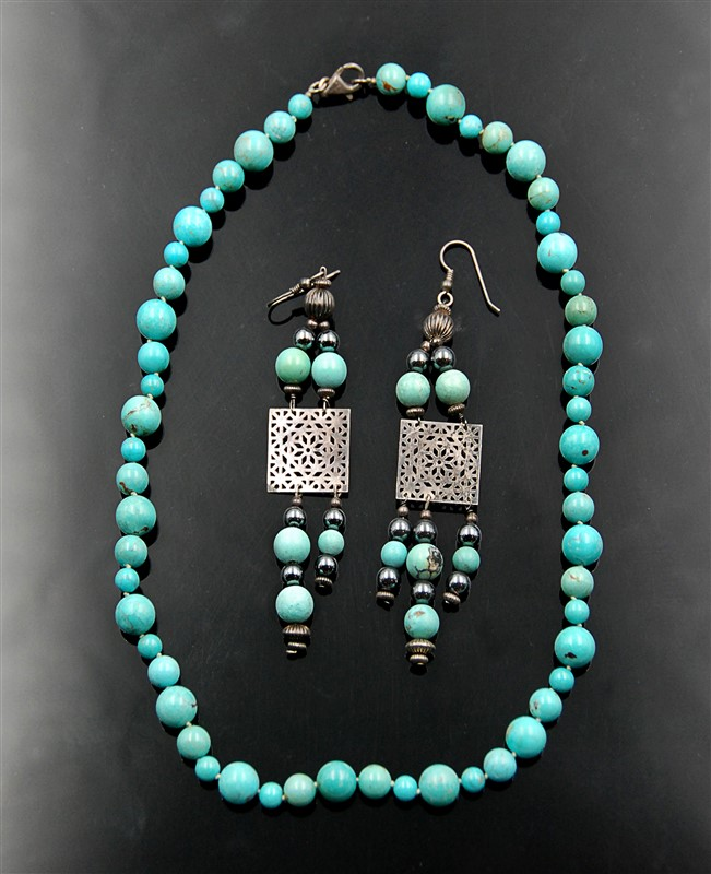 TURQUOISE NECKLACE AND PAIR OF EARRINGS