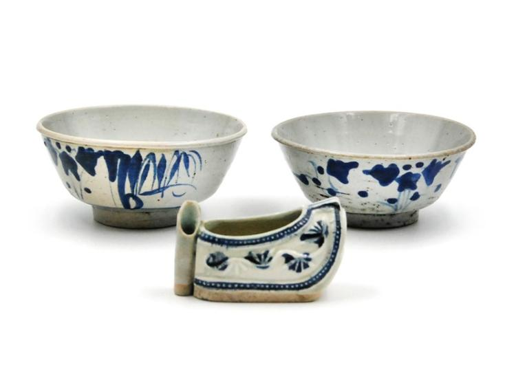 MING DYNASTY BLUE AND WHITE PORCELAIN SET OF THREE