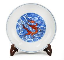 QING DYNASTY (1616-1912) BLUE AND WHITE PLATE WITH RED DRAGONS