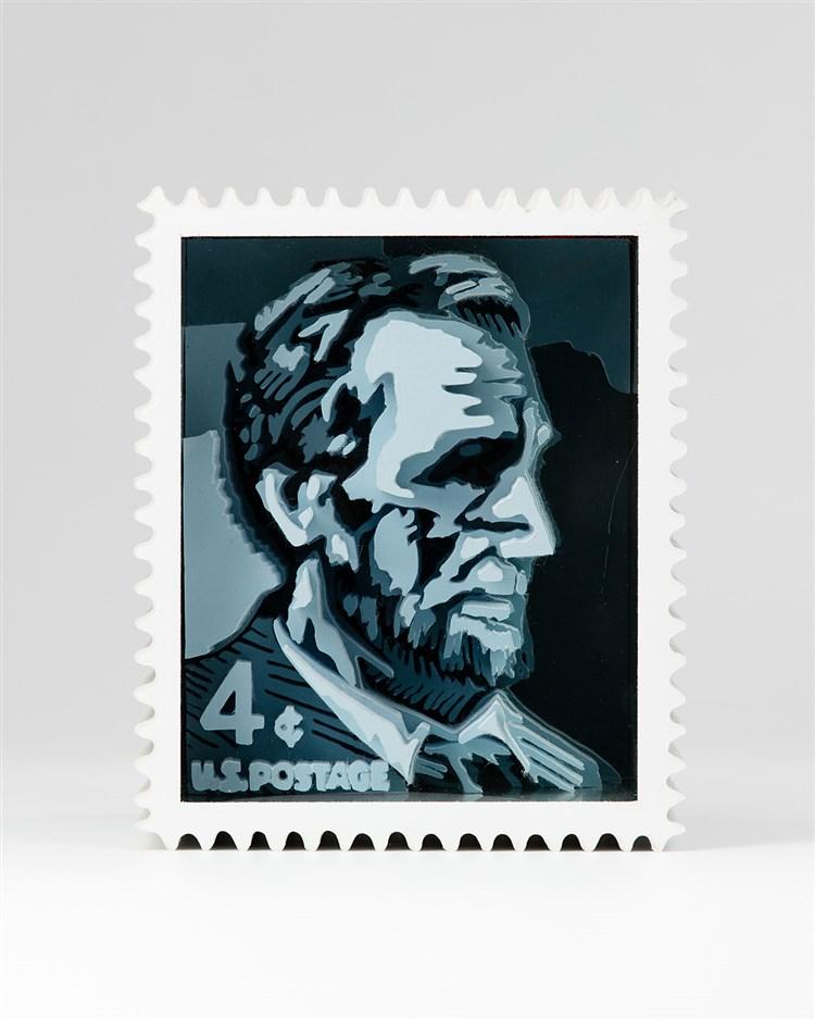 Kammerichs, Klaus (geb. 1933). Abraham Lincoln, 1974. Isohelie nach der amerikanischen 4-Cents-Briefmarke aus den 50er-Jahren. Kunststoff, Spiegel, Glas und Press-Span.   27,5:23:23,5 cm.