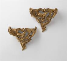 Ein Paar Konsolappliken, Paris, 1745-49, mit C-Couronné Marke. Bronze, fein überarbeitet, ziseliert und vergoldet. Rechteckige Konsolplatte, über reich aus Voluten, Ranken und einem Drachen...