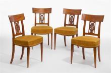 Vier Stühle, Directoire, schweizerisch, um 1800. Nussbaum. Trapezförmiger Sitz, gerade Zarge auf konischen Vierkantbeinen. Brettrücken mit eingelegtem Messingfilet und geschnitztem Harfenmuster. ...