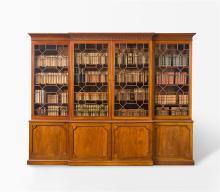 Grosser und bedeutender Bücherschrank, England, George III. Mahagoni massiv. Längsrechteckiger, horizontal zweigeteilter Korpus mit vorstehendem Mittelrisalit. Der Unterbau mit vier Türen, darüber...