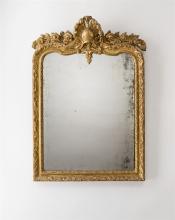 Spiegel, Régence, Frankreich, um 1720. Holz, profiliert, geschnitzt und vergoldet. Rechteckiger Rahmen, oben geschweift und mit abgerundeten Ecken. Die Flächen geschnitzt mit Voluten und...