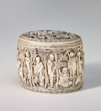 Dose, China, um 1900. Elfenbein, sehr fein gearbeitet. Oval, mit flachem Deckel und gerader Wandung. Darauf dargestellt Mönche im Freien mit Bambus beim Meditieren und Beten, mit Tieren und...