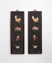 Zwei Paneele, China, späte Qing-Dynastie. Hochrechteckig. Holz mit schwarzem Granulat und bunten Pferden aus Porzellan belegt. Hartholzrahmen.   140:44 cm.