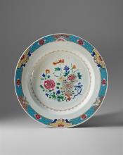Platte, China, Famille-Rose, Qianlong, 18. Jh. Gemuldeter Spiegel, ausgebogene, breite Fahne. Im Zentrum ein Stilleben aus verschiedenen Blumen, zum Teil in einem Blumentopf aus bunten...