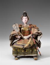 Samurai, Japan, Edo, um 1840. Mit fein bemaltem Porzellankopf, mit Fächer und Pfeilbogen. In originaler Holzschatulle.   H = 39 cm.