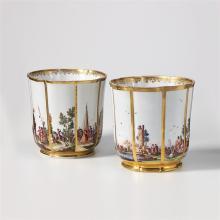 Ein Paar kleine Weinkühler, Meissen, um 1735, Christian Friedrich Herold. Annähernd zylindrisch, auf wenig eingezogenem, vergoldetem Standring. Passige, mit vertikalen Goldstreifen unterteilte...