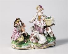 Gruppe, Frankenthal, um 1770, Modell von Karl Gottlieb Lück. Rasensockel mit plastischen, grünen Blättern und goldstaffierten Rocaillen. Darauf sitzt, an seine Tasche gelehnt und die Beine von sich...