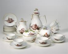 Kaffeeservice, Meissen, um 1740/50. Polychromer Dekor: Im Inselstil Landschaften mit Gebäudeansichten an Flussläufen, im Vordergrund geweilt flanierende Herrschaften oder arbeitende Kaufleute....
