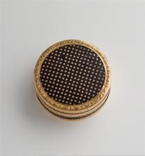 Dose aus Masse, Paris, um 1770. Runde, gerade Form mit losem Deckel. Schwarze Masse, umseitig mit Rotgoldsternen eingelegt, in Goldmontierung aus Blüten und Blättern. Schildpattfutter.   D = 6,2 cm.