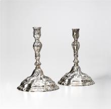 Ein Paar Silber-Kerzenstöcke, deutsch, circa 1760, mit späterer Meistermarke CA wohl für Conrad Artz, Düsseldorf, 1830. Silber, getrieben. Der wellig geformte, runde, Sockel mit spiralförmigem...