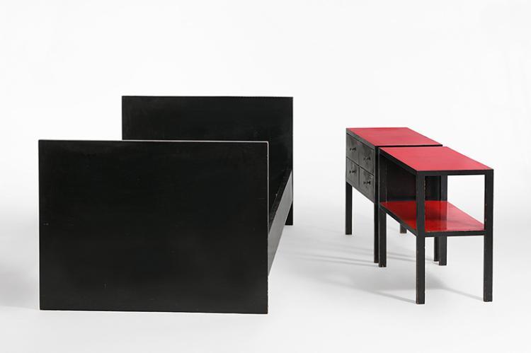 bett und zwei typenm bel kleiner tisch und eine kommode von. Black Bedroom Furniture Sets. Home Design Ideas