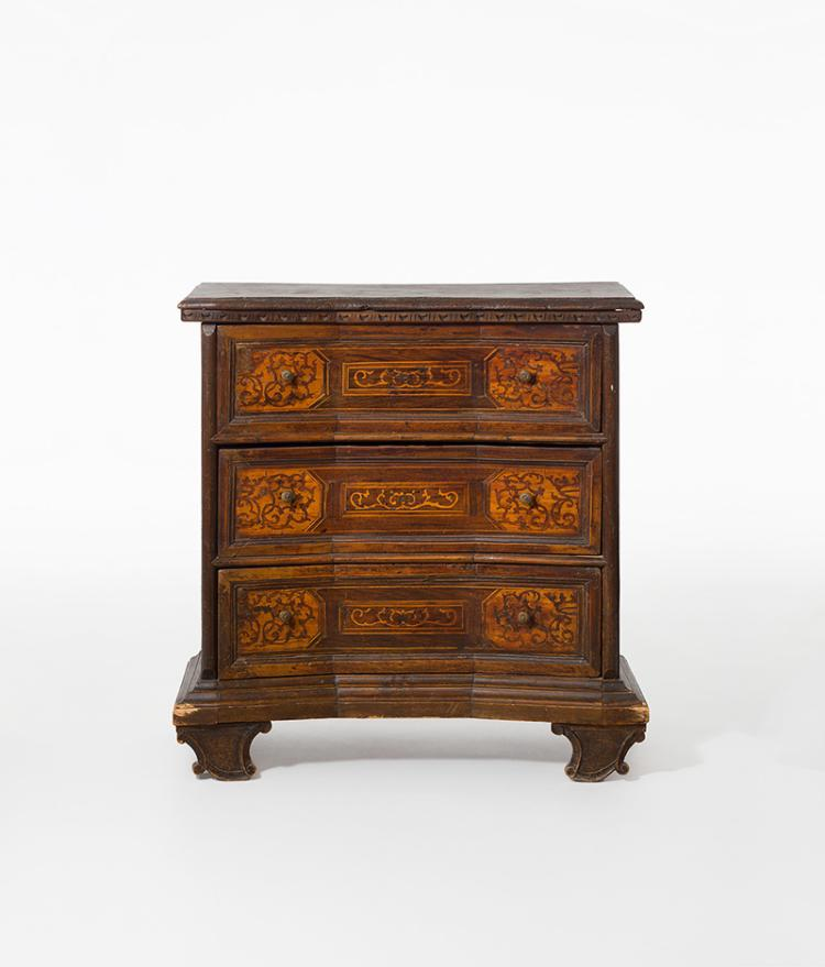 kleine kommode barock veneto um 1650 nussbaum und oliven. Black Bedroom Furniture Sets. Home Design Ideas