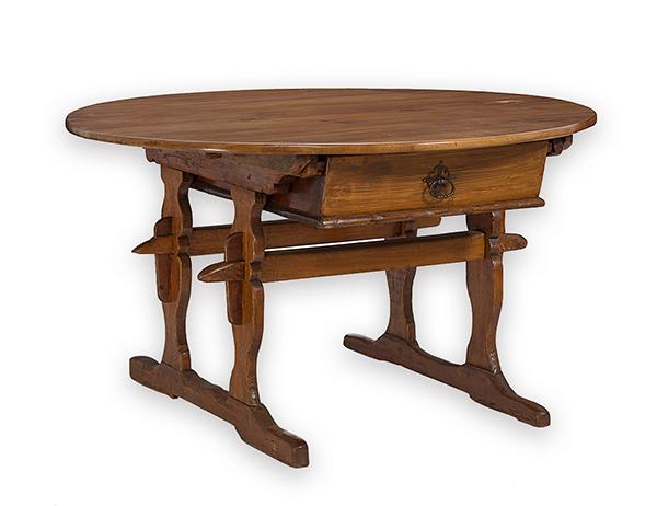 ovaler rustikaler tisch 18 jh und sp ter nussbaum und n. Black Bedroom Furniture Sets. Home Design Ideas