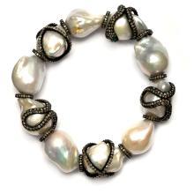 Spezielles Perlen-Diamant-Bracelet. Zehn barocke Kulturperlen zu einem Bracelet zusammengefasst, D = 12.5?14 mm. Mit Schlangen- und Kreuzmotiven, diese belegt mit Diamanten (teilweise mit Kerben)...